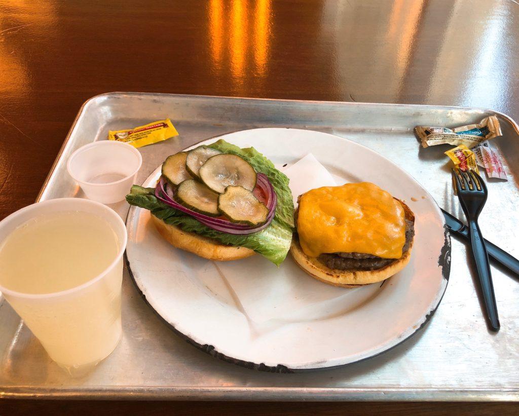 チーズバーガーとレモネードの画像