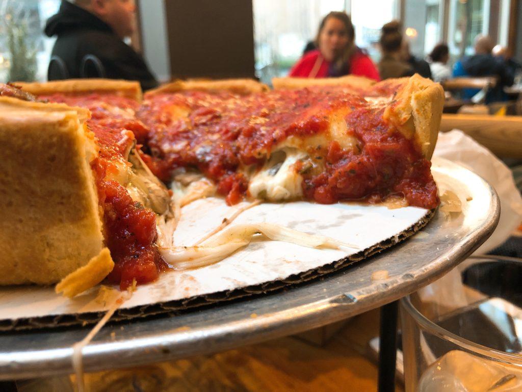 「Giordano's」のシカゴピザの断面の画像